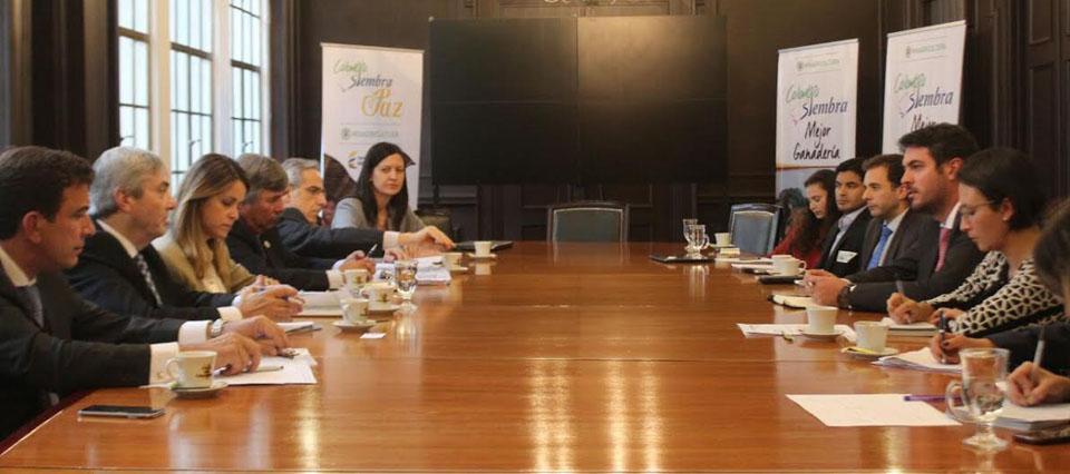 Resultado de imagen de los secretarios de Mercados Agroindustriales, Marisa Bircher, y de Agregado de Valor, Néstor Roulet, y el subsecretario de Mercados Agropecuarios, en Colombia