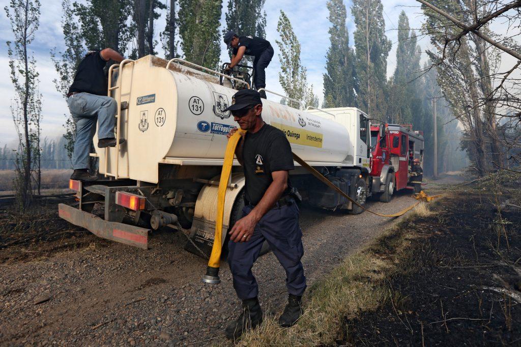 Télam 13/01/2017  Neuquén: Todas las dotaciones de bomberos de Neuquén se encontraban avocadas hasta esta madrugada a controlar un incendio que  comenzó ayer por la tarde en una zona de chacras de la capital provincial.  Foto: Ceballos/Télam/ddc