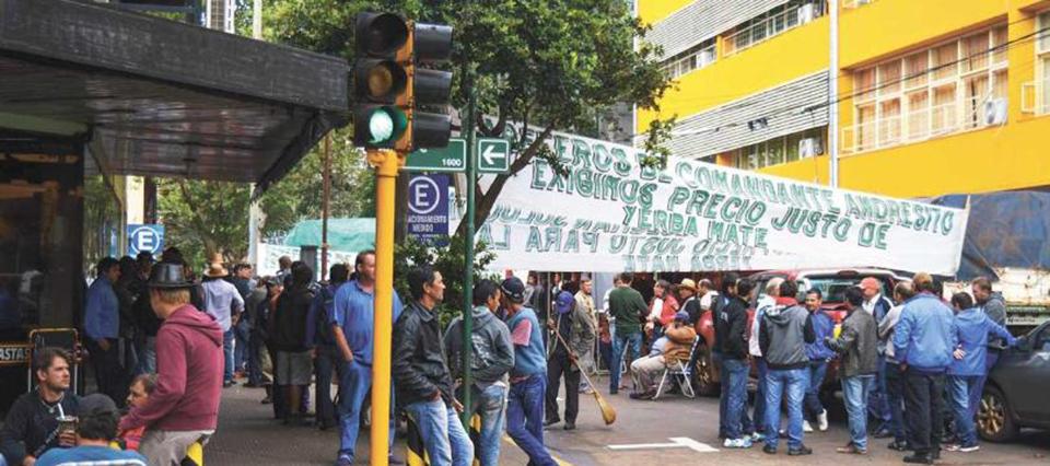 Yerbateros amenazan con una nueva toma del INYM por el retraso en los pagos