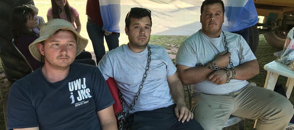 Productores se encadenaron en Córdoba por la prohibición de fumigar a menos de 2.000 mts