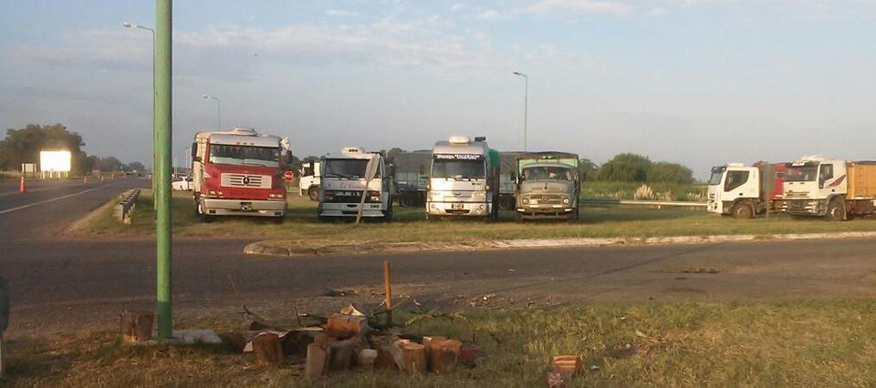 Transportistas cerealeros se manifiestan en las rutas y analizan ir a Plaza de Mayo