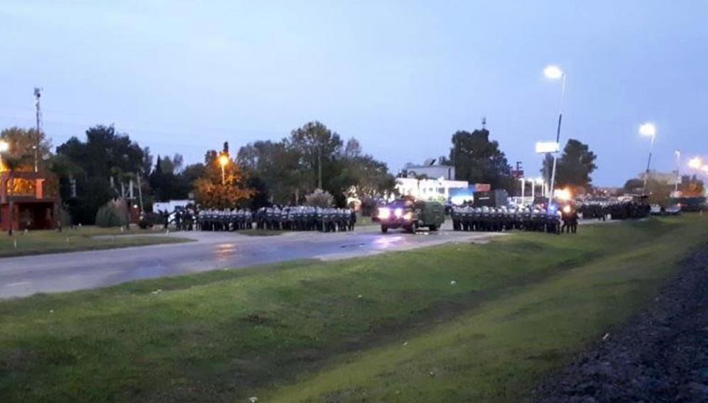 Trabajadores de Cresta Roja acampaban en la planta de Tristán Suárez y fueron desalojados