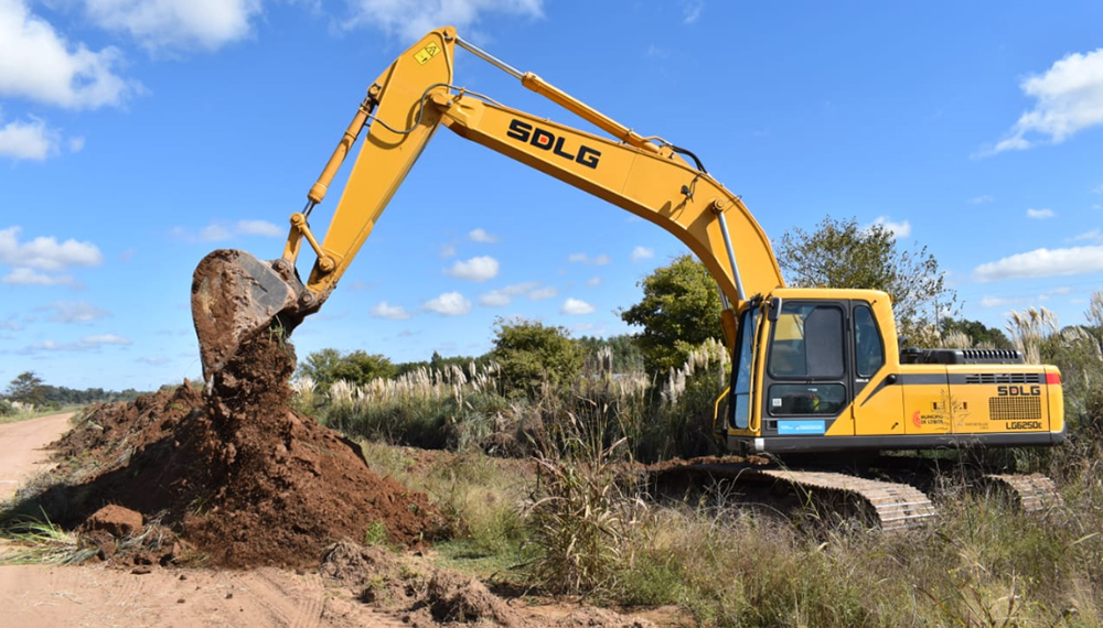 Resultado de imagen para aGROINDUSTRIA entregó maquinaria para reparar caminos rurales