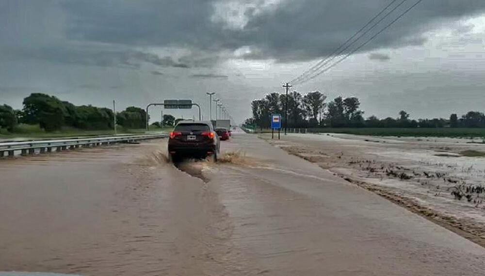 auto varado en ruta por corte por temporal en Córdoba