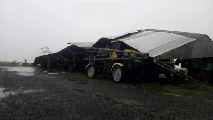 fumigadora bajo un techo destrozado por la tormenta