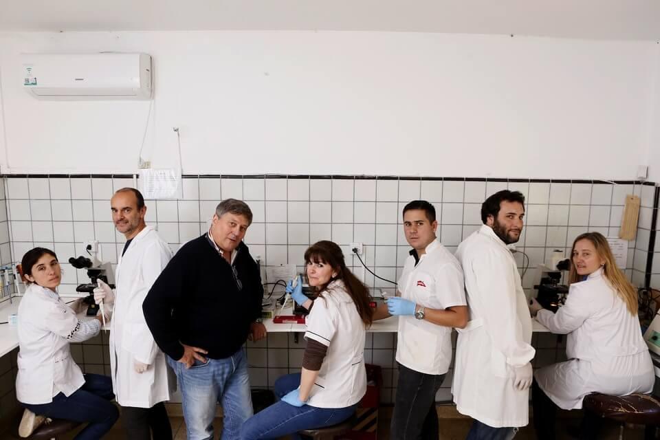 Investigadores de la UNLP en un laboratorio
