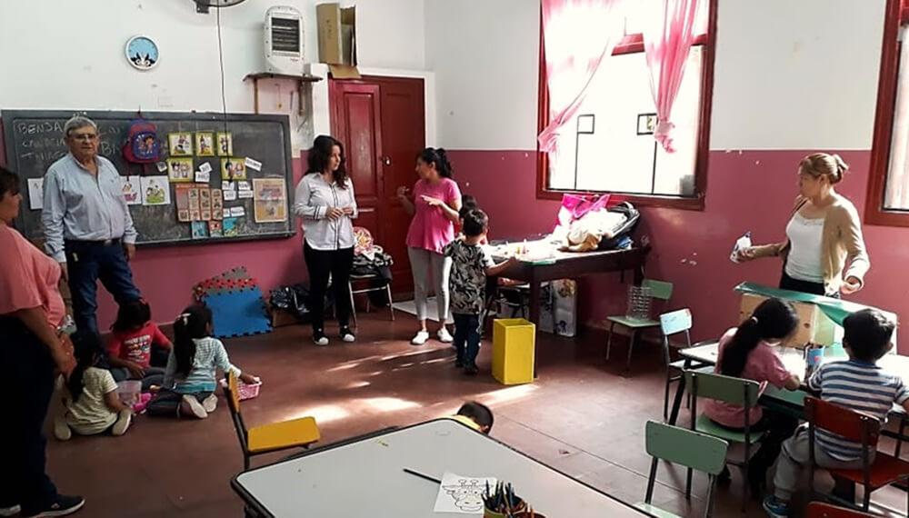 Niños y niñas en un centro de cuidados