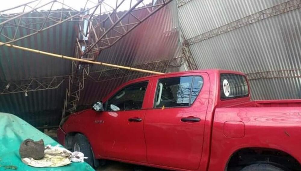 camioneta aplastada por un galpón