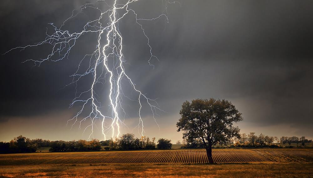tormenta eléctrica en un campo