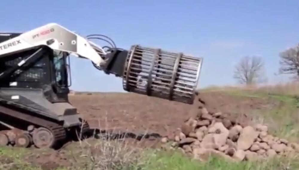 máquina tirando piedras