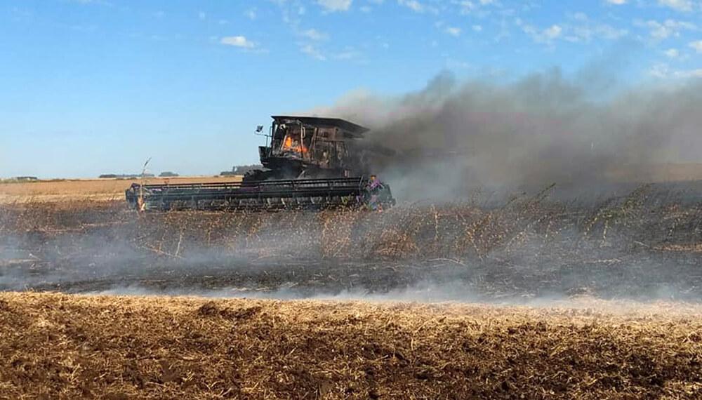 máquina cosechadora incendiada