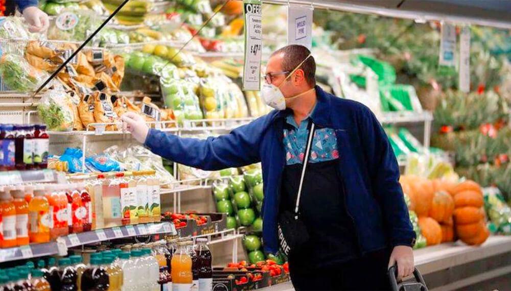 supermercado alimentos hombre con barbijo