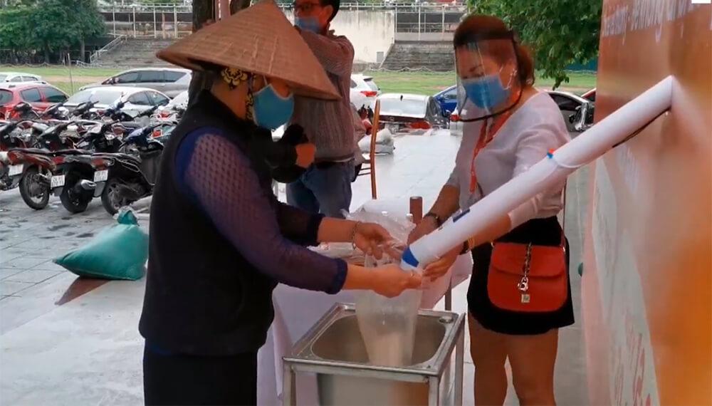 persona cargando arroz en una bolsa de plástico