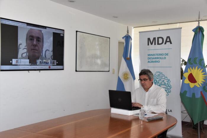 El ministro Javier Rodriguez en el firma del acuerdo con Biofabrica Misiones
