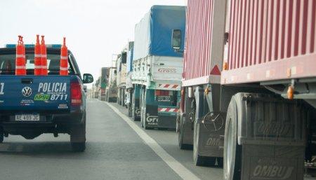 Camiones cortando la ruta