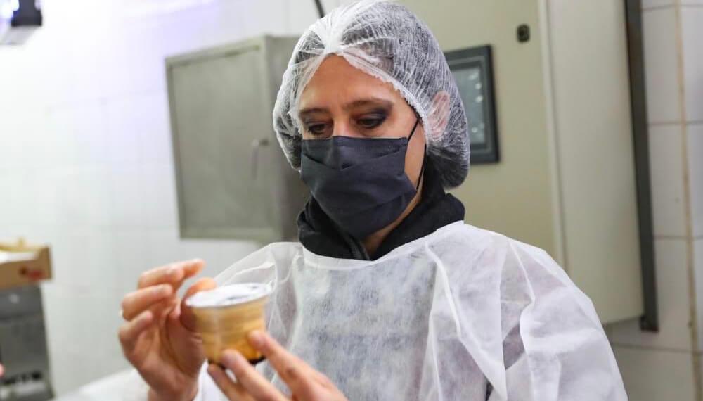 Paula Español visita la planta lactea Yatasto