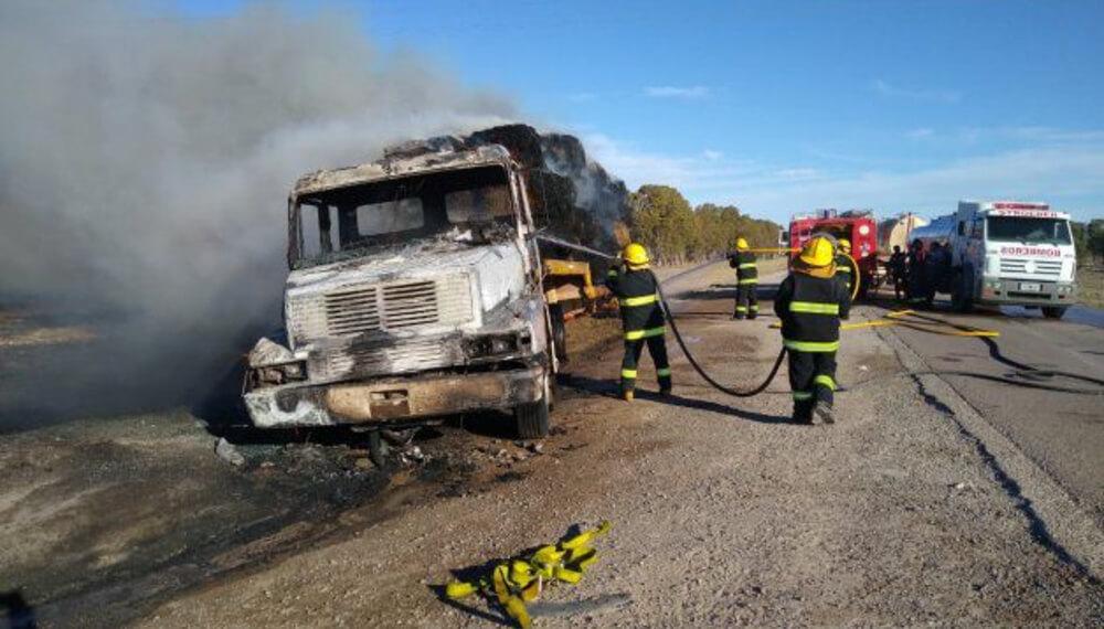 Camion se quemo junto con su carga
